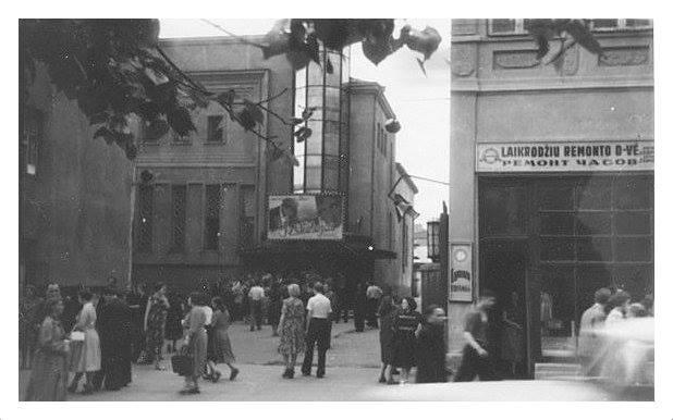 Prie-kinoteatro-Romuva